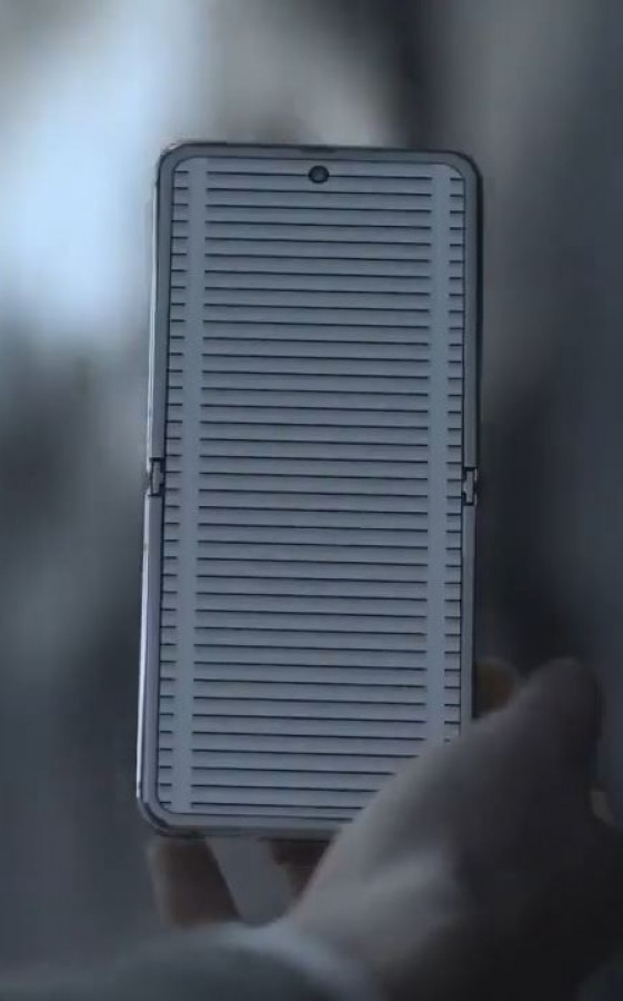 Photo of مقطع فيديو يستعرض الإصدار الخاص من هاتف Galaxy Z Flip Thom Browne